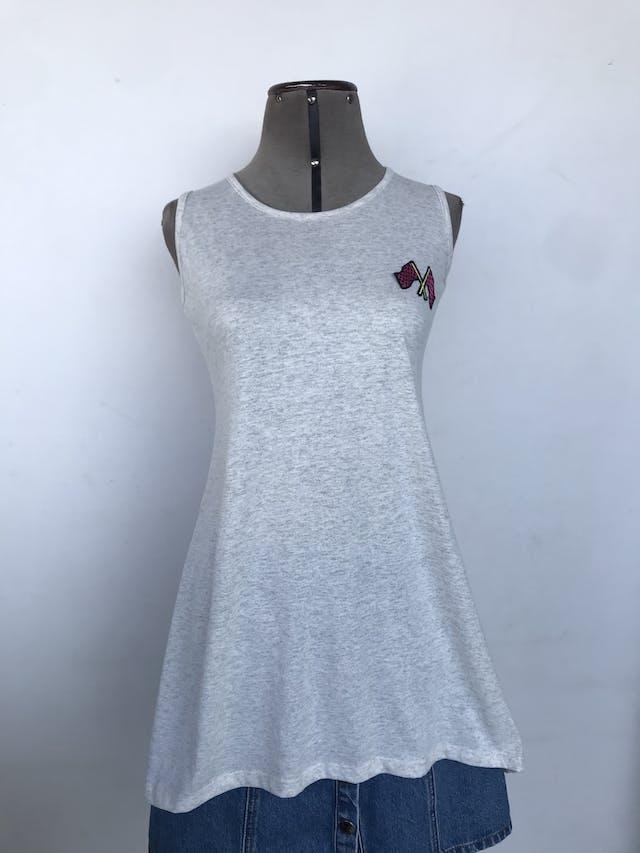 Poli vestido plomo jaspeado con parche de banderas en el pecho y escote en la espalda, basta asimétrica Talla S foto 1