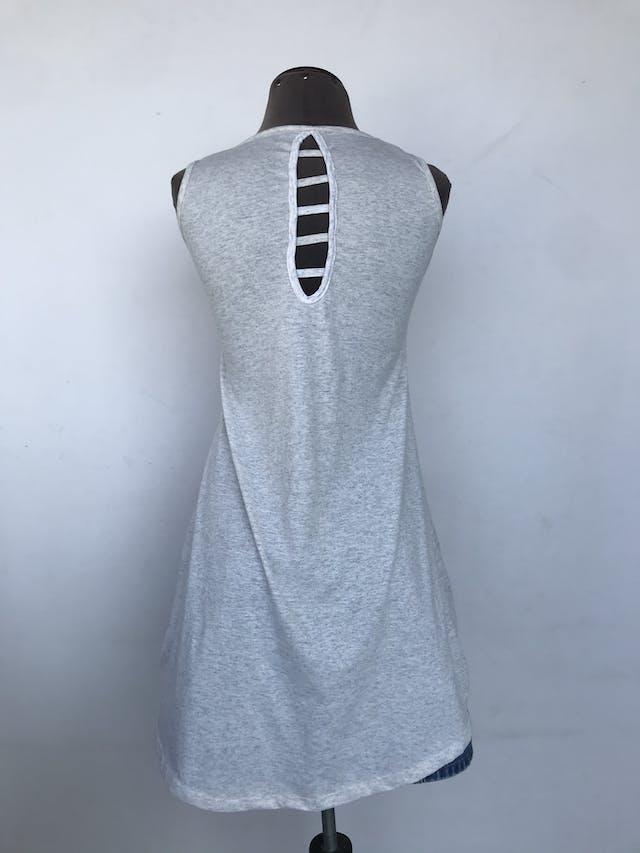 Poli vestido plomo jaspeado con parche de banderas en el pecho y escote en la espalda, basta asimétrica Talla S foto 3