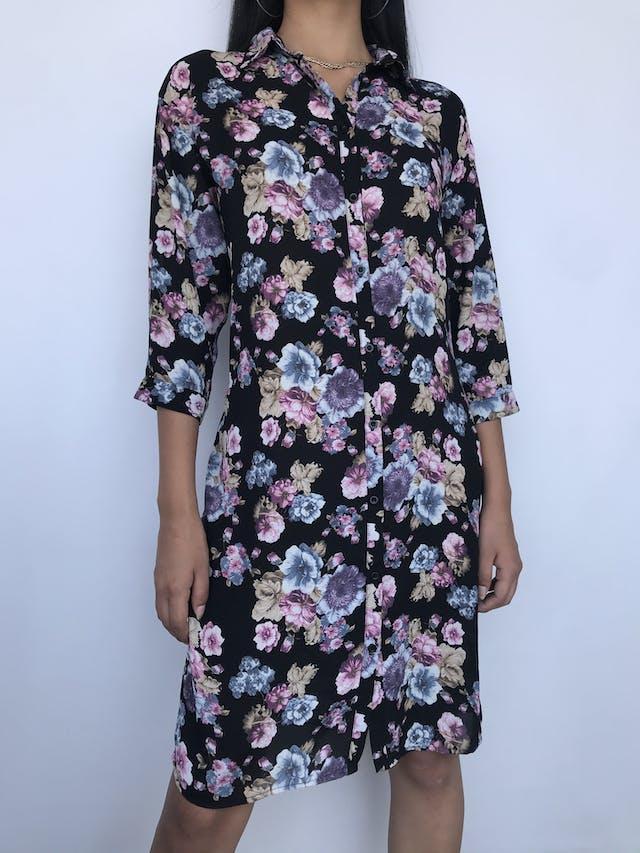 Vestido camisero Only de gasa negra con estampado de flores y mangas 3/4. Puedes usarlo abierto como capa Talla M foto 1