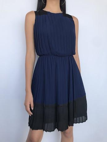 Vestido Marquis de gasa azul, plisado con tela negra satinada en hombros y basta, cierre posterior y lleva forro. Nuevo con etiqueta S/ 249 Talla S foto 1