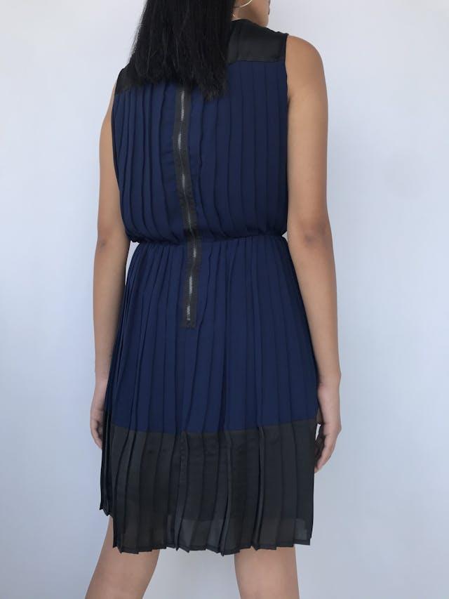 Vestido Marquis de gasa azul, plisado con tela negra satinada en hombros y basta, cierre posterior y lleva forro. Nuevo con etiqueta S/ 249 Talla S foto 2