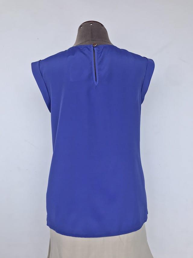 Blusa Oasis azul con pliegues en el pecho, botón posterior en el cuello y mangas con dobladillo. Nuevo con etiqueta S/ 139 Talla M foto 2