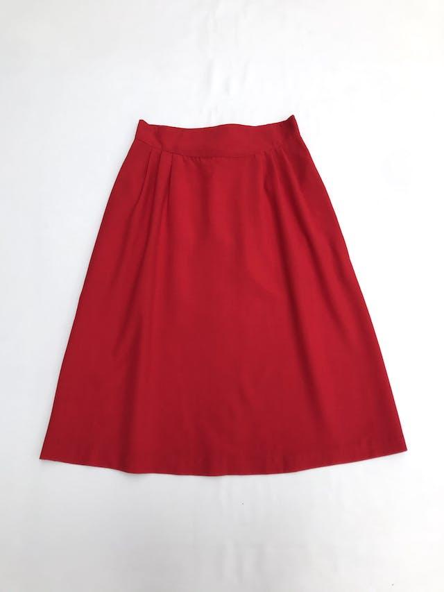 Falda midi roja corte en A, tela tipo sastre, con pliegues, botón y cierre posterior. Largo 68cm Talla S foto 1