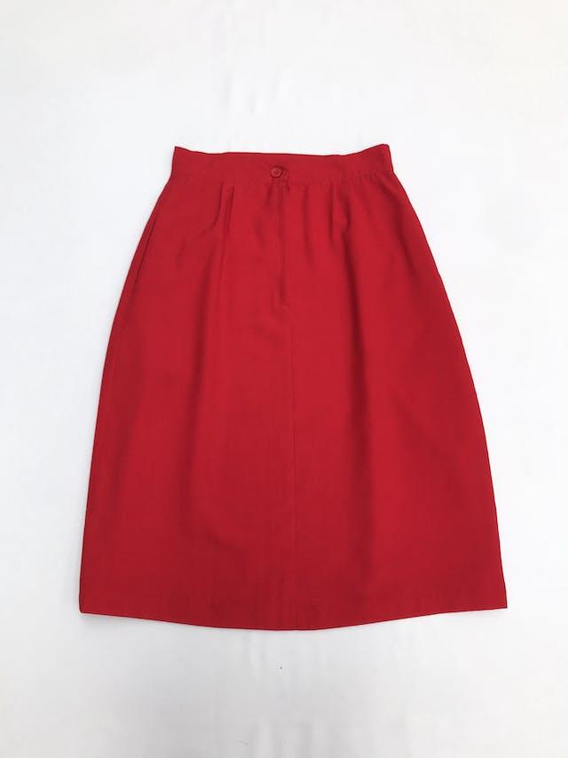 Falda midi roja corte en A, tela tipo sastre, con pliegues, botón y cierre posterior. Largo 68cm Talla S foto 2