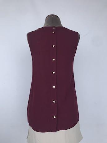 Blusa Oasis guinda con plisado y volante en el pecho, fila de botones dorados en la espalda. Nuevo con etiqueta S/ 149Talla M foto 2