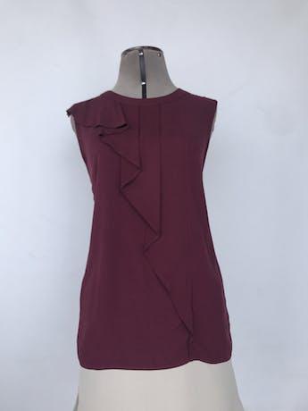 Blusa Oasis guinda con plisado y volante en el pecho, fila de botones dorados en la espalda. Nuevo con etiqueta S/ 149Talla M foto 1