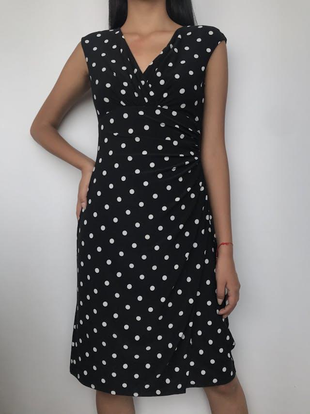 Vestido Lauren Ralph Lauren negro con dots blancos, tela tipo lycra, escote y falda cruzados, lleva hombreras Precio Original S/. 570.00 Talla S foto 1