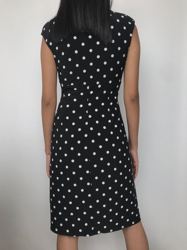 Vestido Lauren Ralph Lauren negro con dots blancos, tela tipo lycra, escote y falda cruzados, lleva hombreras Precio Original S/. 570.00 Talla S foto 2