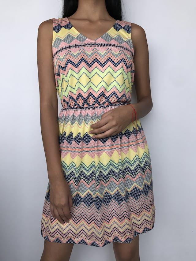 Vestido con estampado multicolor en zig zag, elástico en la cintura y lleva forro Talla M foto 1