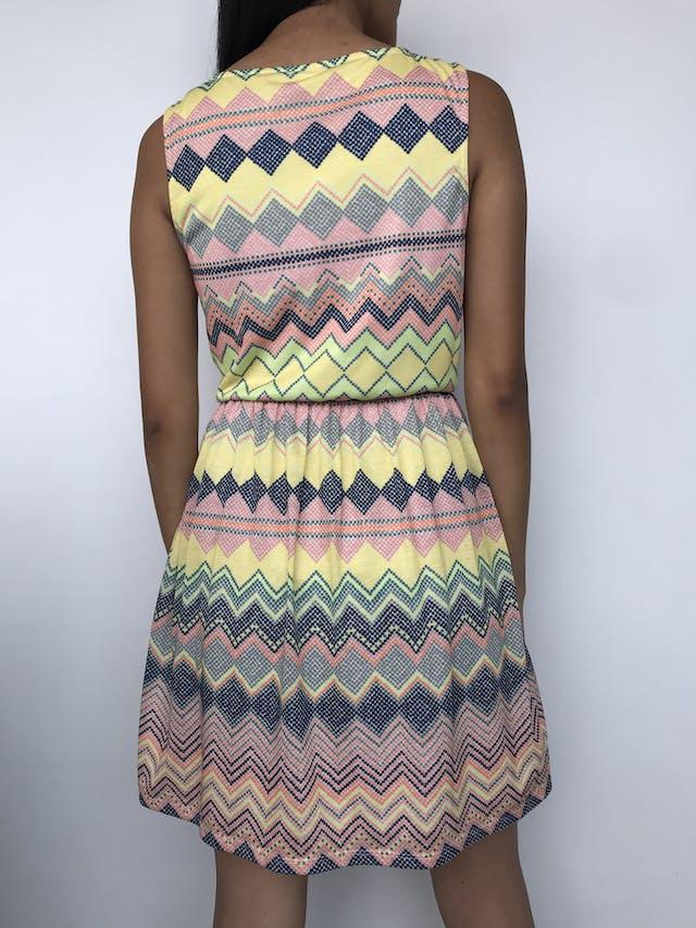 Vestido con estampado multicolor en zig zag, elástico en la cintura y lleva forro Talla M foto 2