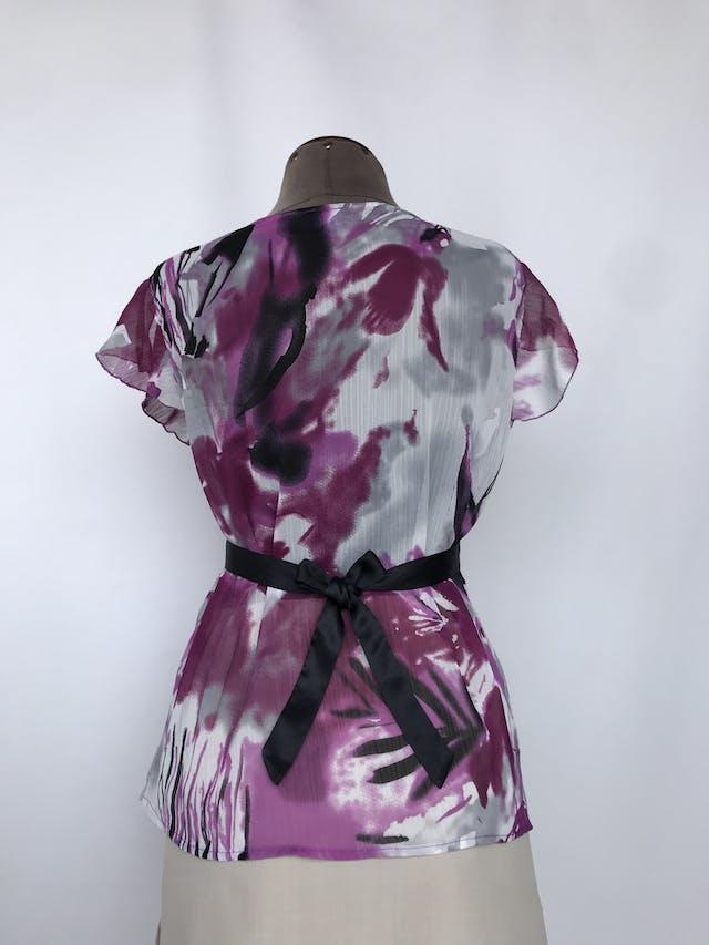 Blusa de gasa con estampado morado, blanco y negro, escote en V plisado y cinto negro satinado Talla L foto 2