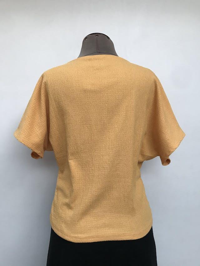 Blusa Zara amarilla, tela con textura corrugada, manga murciélago, recogido delantero. Precio original S/ 125 Talla S foto 2
