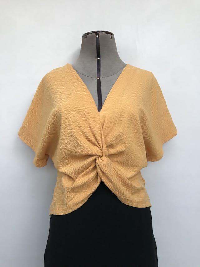 Blusa Zara amarilla, tela con textura corrugada, manga murciélago, recogido delantero. Precio original S/ 125 Talla S foto 1
