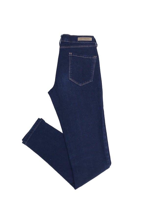 Pantalón jean stretch Opposite, azul, con bolsillos traseros, pespuntes mostaza, corte pitillo Talla 26 foto 2