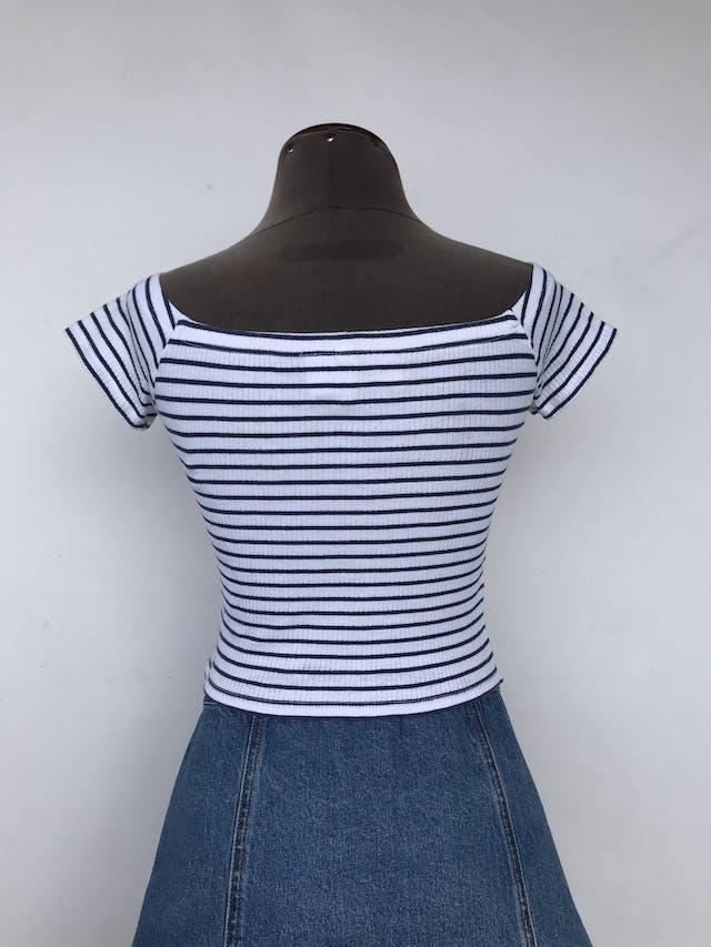 Polo corto H&M blanco con rayas azules, textura acanalada Talla XS/S foto 2