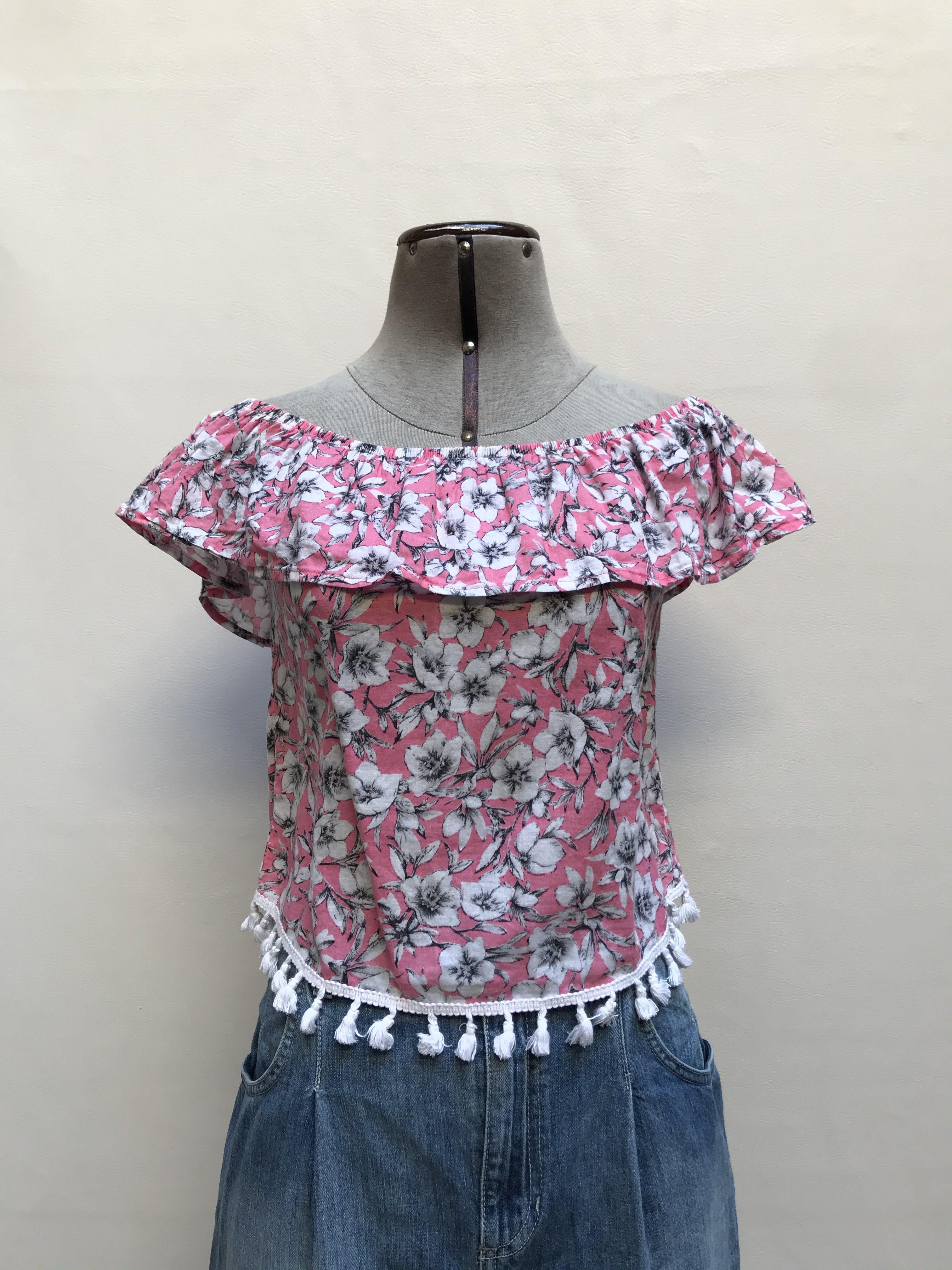 Blusa Squeeze rosa cone stampado de flores blancas, off shoulder con volante y flecos en la basta Talla XS