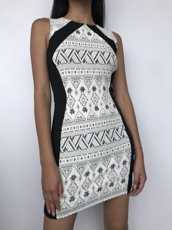Vestido H&M negro con textura trinal, cierre posterior Nuevo Talla S foto 1