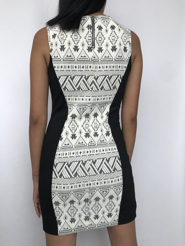 Vestido H&M negro con textura trinal, cierre posterior Nuevo Talla S foto 2