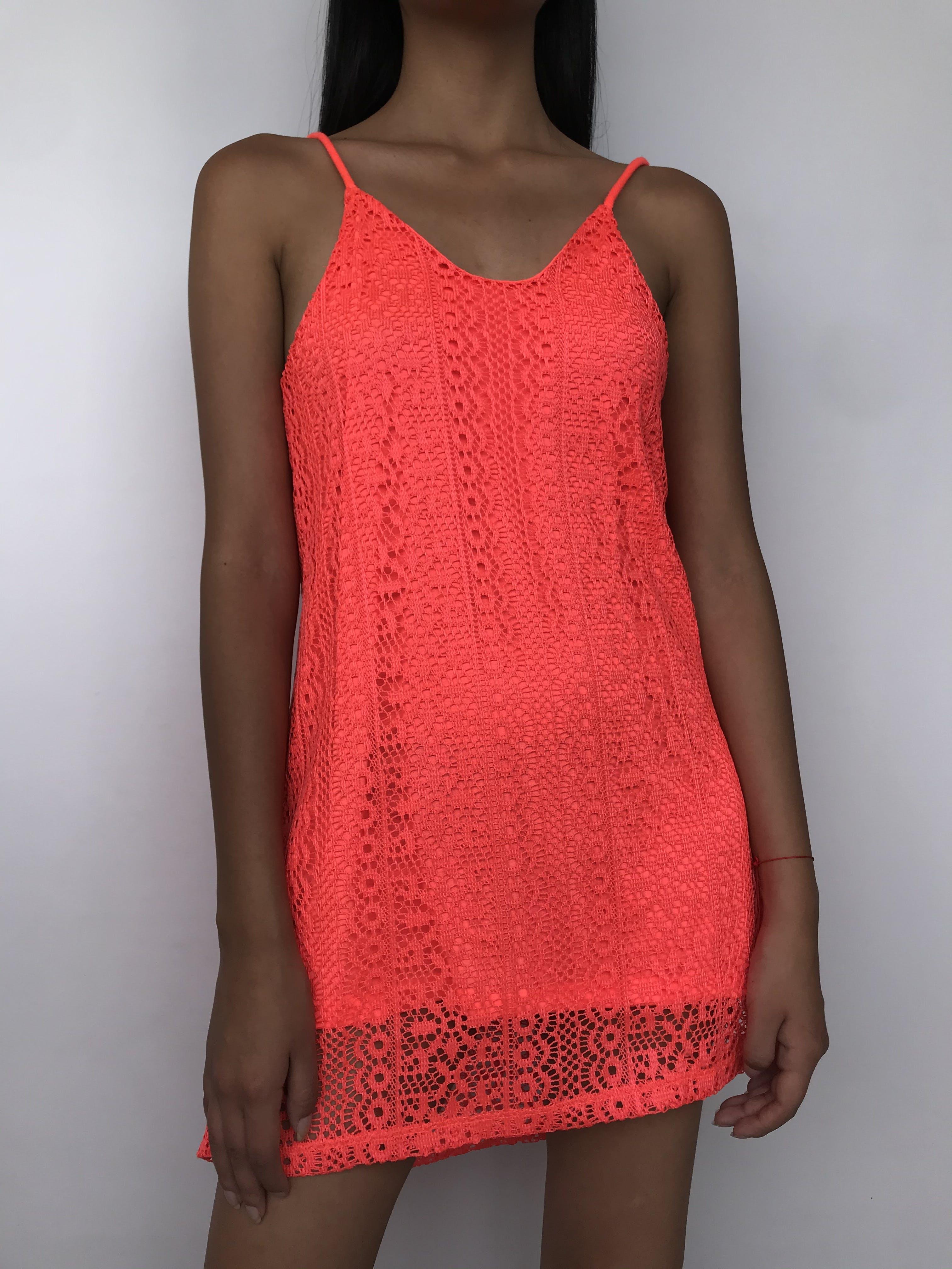 Vestido playero de encaje anaranjado neón con tiras para amarrar y es forrado  Talla S