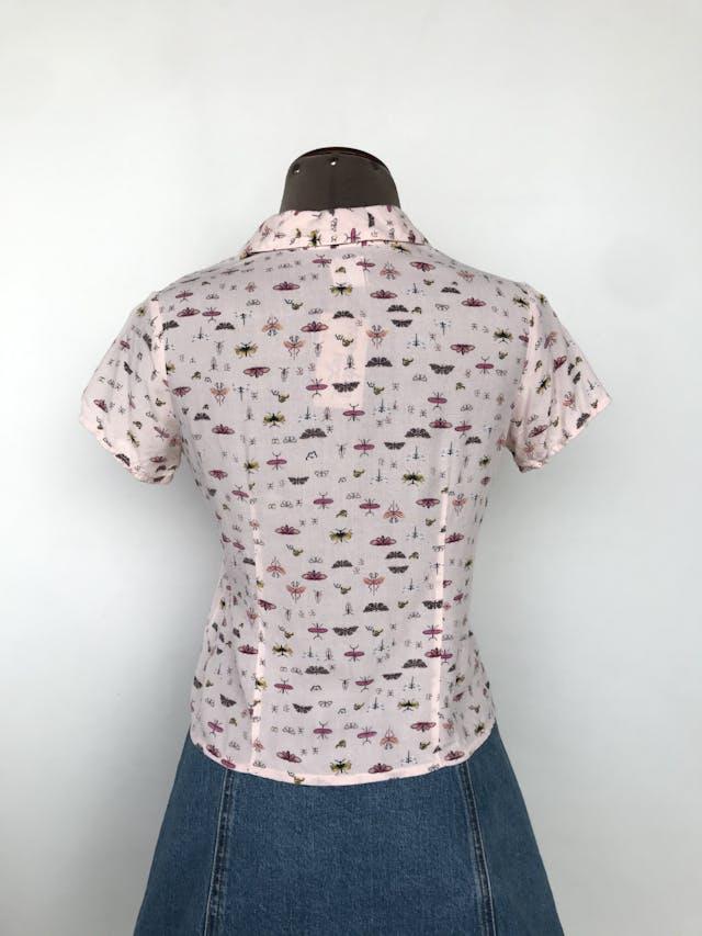Blusa rosa bebé estampado de insectos, camisera, se puede amarrar en la basta Talla XS (puede ser S) foto 2