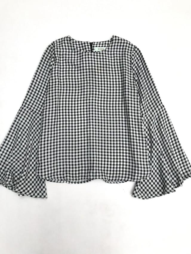 Blusa a cuadros blanco y negro con mangas campana y cierre en la espalda alta foto 1