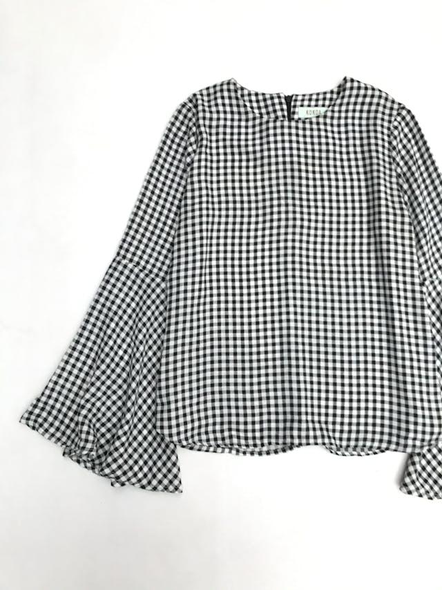 Blusa a cuadros blanco y negro con mangas campana y cierre en la espalda alta foto 2