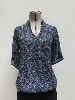 Blusa de gasa azul con estampado de flores, cuello nerú y botones centrales, elástico en la basta, manga 3/4 regulable con botón Talla M foto 1
