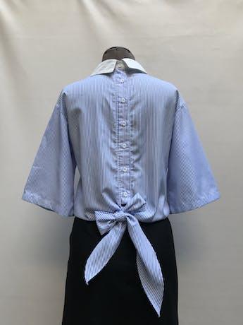 Blusa a rayas blancas y celeste con bordado de flores, botones y lazo posterior Talla XS/S foto 2
