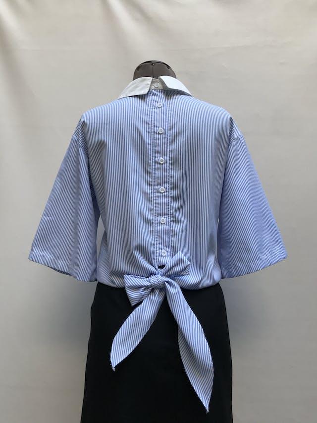 Blusa Shein a rayas blancas y celeste con bordado de flores, botones y lazo posterior Talla XS/S foto 2