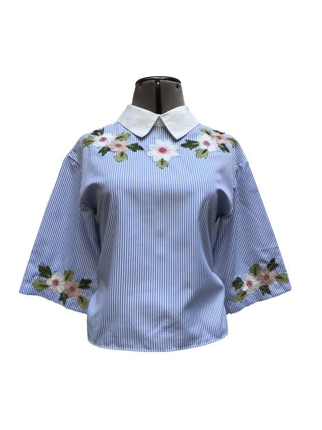 Blusa Shein a rayas blancas y celeste con bordado de flores, botones y lazo posterior Talla XS/S foto 1