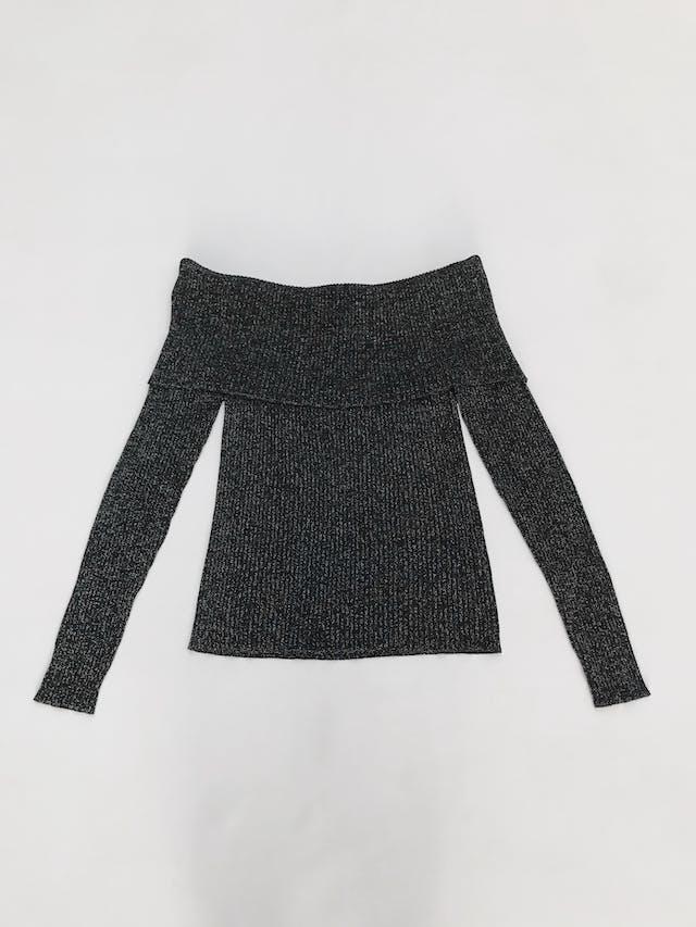 Chompa Malabar off shoulder, negra con hilos plateados,  cuello doblado, textura acanalada Talla L foto 1