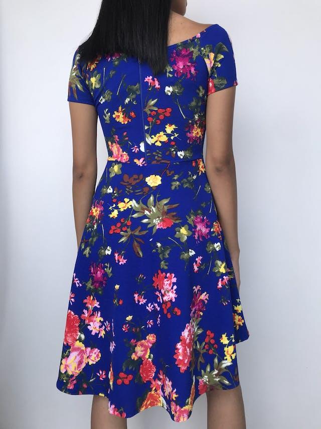 Vestido azul con estampado de flores, cuello ojal, cierre en la espalda, corte a la cintura y falda campana asimétrica Talla S foto 2