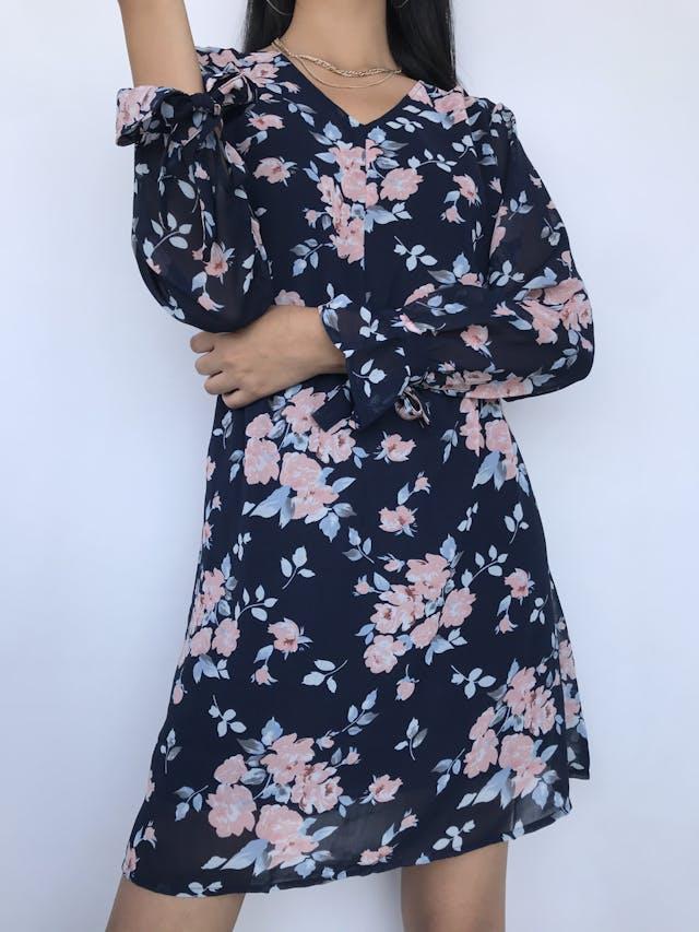 Vestido de gasa azul con estampado de flores rosadas, manga larga con volante y lazo para amarrar en el puño, escote ojal y botón posterior, elástico en la cintura y lleva forro Talla M foto 2