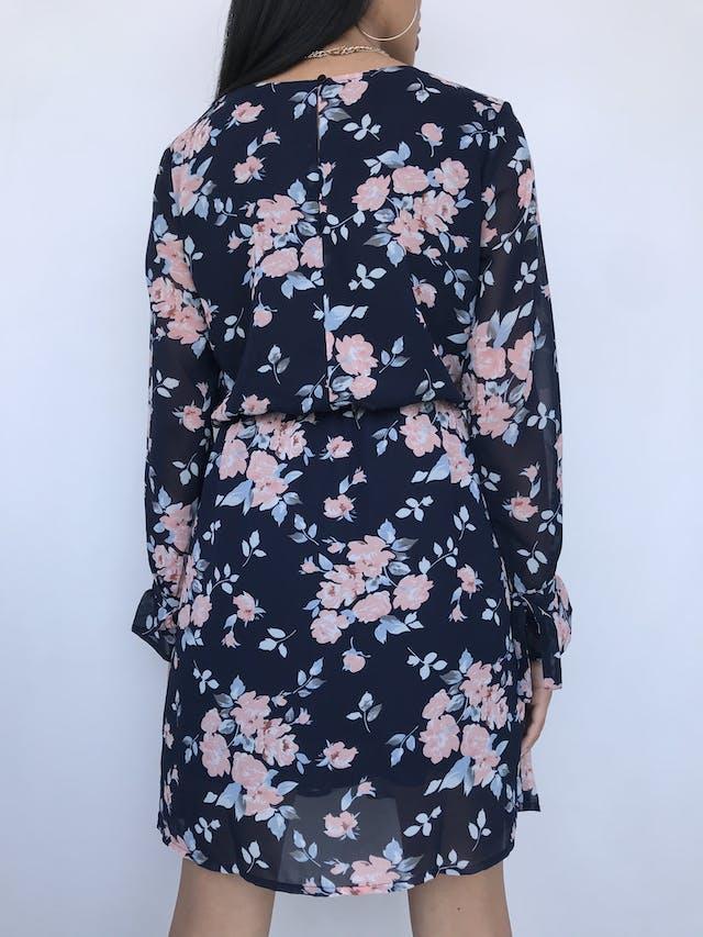 Vestido de gasa azul con estampado de flores rosadas, manga larga con volante y lazo para amarrar en el puño, escote ojal y botón posterior, elástico en la cintura y lleva forro Talla M foto 3