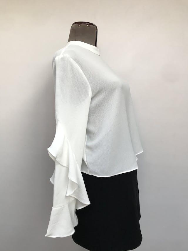 Blusa Sybilla blanca de gasa gruesa, botones posteriores en el cuello, maga larga con volantes Talla M foto 2