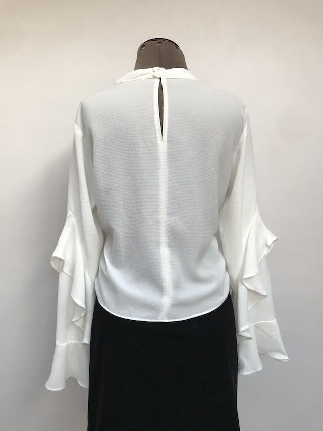 Blusa Sybilla blanca de gasa gruesa, botones posteriores en el cuello, maga larga con volantes Talla M foto 3