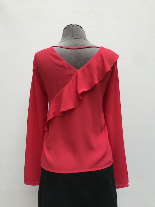 Blusa Malabar roja tela tipo crepe, manga larga, escote cruzado con volantes y escote en la espalda. Precio original S/ 100 Talla S foto 2