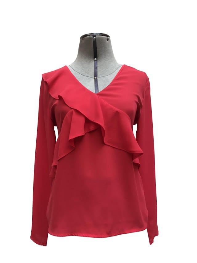 Blusa Malabar roja tela tipo crepe, manga larga, escote cruzado con volantes y escote en la espalda. Precio original S/ 100 Talla S foto 1