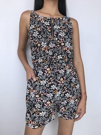 Enterizo short negro con estampado de flores, tela tipo lycra, cierre en el escote, elástico en la cintura y boslillos laterales Talla S foto 1