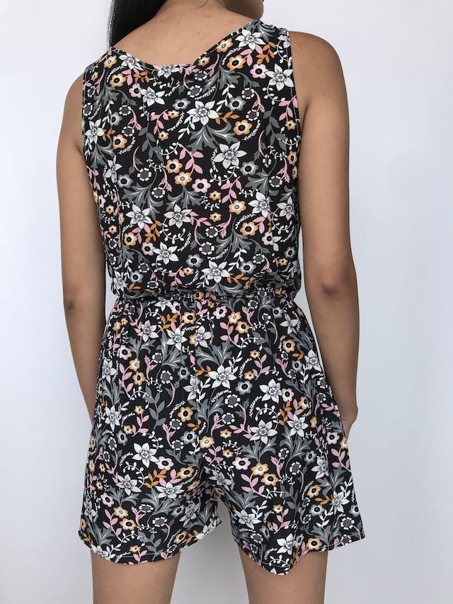 Enterizo short negro con estampado de flores, tela tipo lycra, cierre en el escote, elástico en la cintura y boslillos laterales Talla S foto 2