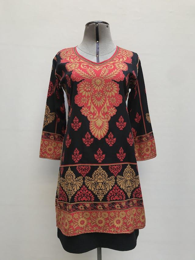 Blusa larga Michelle Belau negra con estampado barroco dorado y rojo, tipo túnica, aberturas laterales y manga 3/4  Talla S foto 1