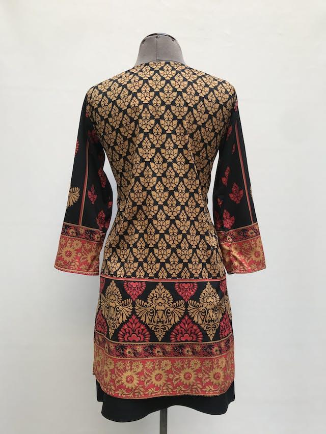 Blusa larga Michelle Belau negra con estampado barroco dorado y rojo, tipo túnica, aberturas laterales y manga 3/4  Talla S foto 2