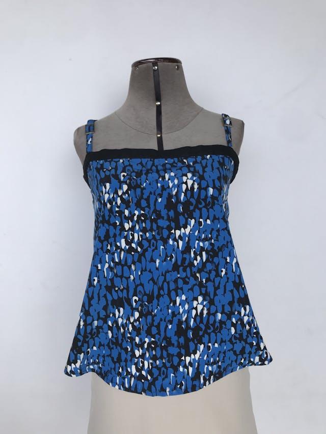 Blusa de tiras negra con estampado de pinceladas azules y blancas, fila de botones en la espalda Talla M foto 1