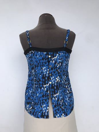 Blusa de tiras negra con estampado de pinceladas azules y blancas, fila de botones en la espalda Talla M foto 2
