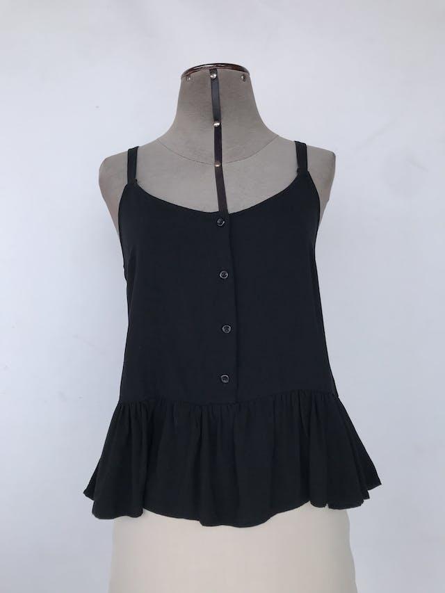 Blusa de tiras negra con fila de botones negros y volante en la basta, fresca Talla M foto 1