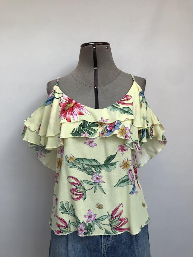 Blusa amarilla con estampado de flores, tiritas y hombros descubiertos con volantes  Talla M foto 1