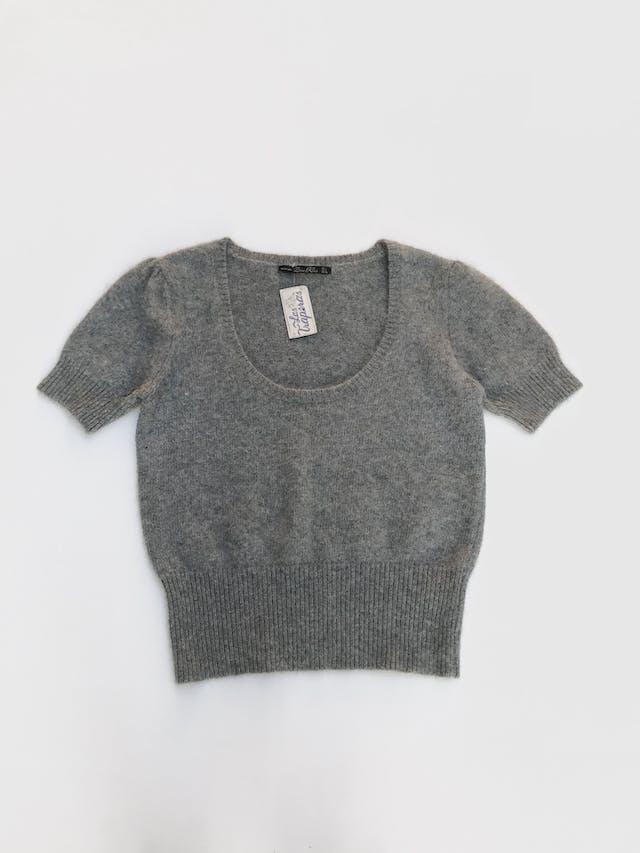 Chompa Zara manga corta, ploma 48% angora 13% lana, cuello amplio, pretina acanalada Talla M foto 1
