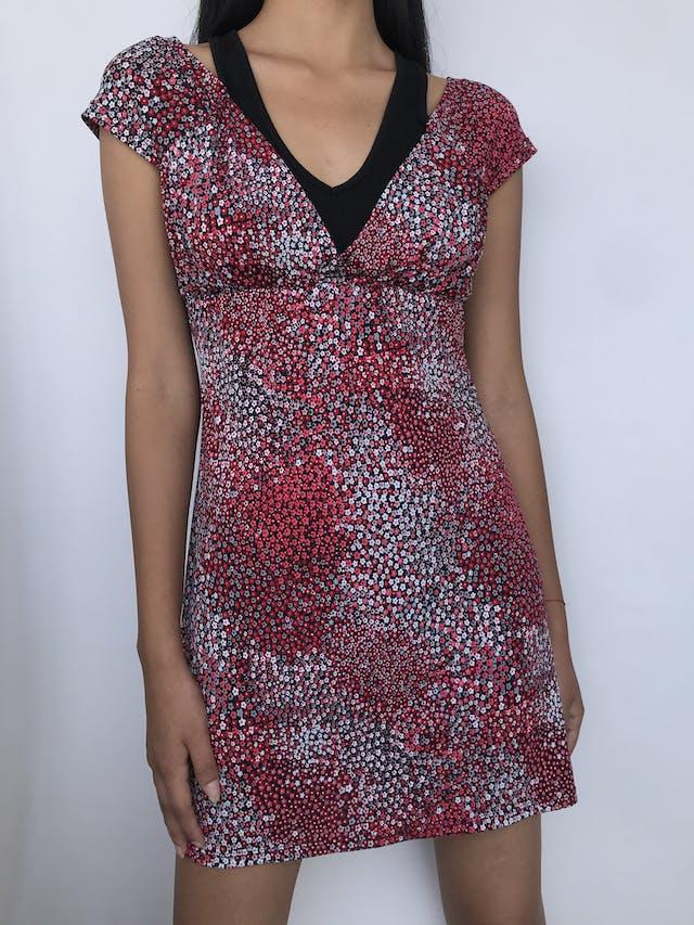 Vestido Vornas Paris negro con estampado de florcitas rojas y blancas, tela tipo lycra con top interior, tira para amarrar en la cintura Talla S foto 1