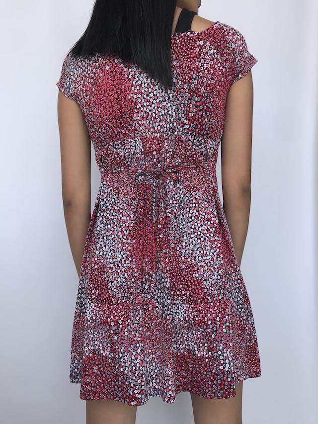 Vestido Vornas Paris negro con estampado de florcitas rojas y blancas, tela tipo lycra con top interior, tira para amarrar en la cintura Talla S foto 2