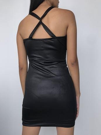 Vestido Glam negro satinado, tela tipo lycra, aberturas laterales en la sisa y cruzado en la espalda Talla S foto 2
